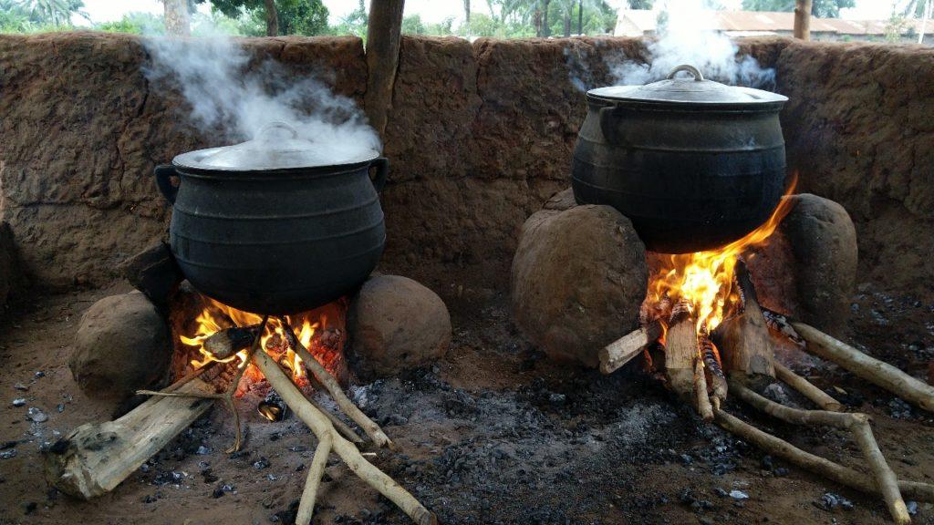 Cuisson de repas dans une école dans le cadre des activités de cantine scolaire au Bénin